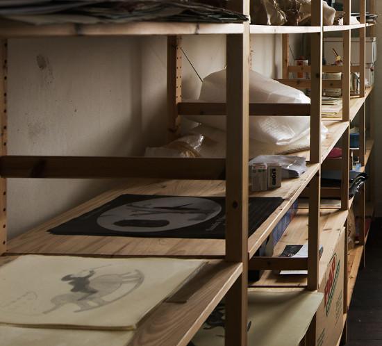 Diese Serie gibt eine guten Einblick in das zeichnerische Werk von Sandra Vasquez de la Horra. Man sieht die Kuenstlerin zeichnend als auch - gleich einer Alchimistin - in einem Arbeitsraum für die Verarbeitung der Zeichnungen in Bienenwachs. Es sind zudem eine Einzelarbeit als auch die Installation der Werke in einer Ausstellung abgebildet. Die Werke werden für die Ausstellungen von der Kuenstlerin selbst zu neuen Formen an der Wand gruppiert.
